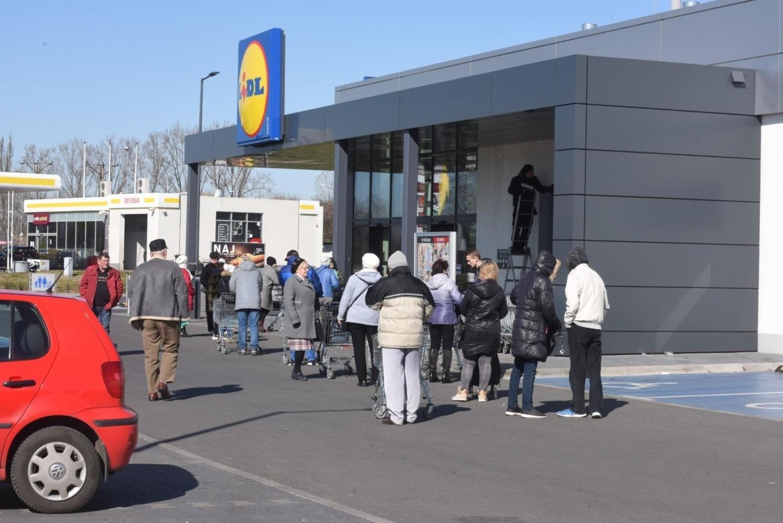 W kwietniu szczególnie było widać kolejki przed sklepami spożywczymi około godziny 12, powodem których były godziny dla seniora
