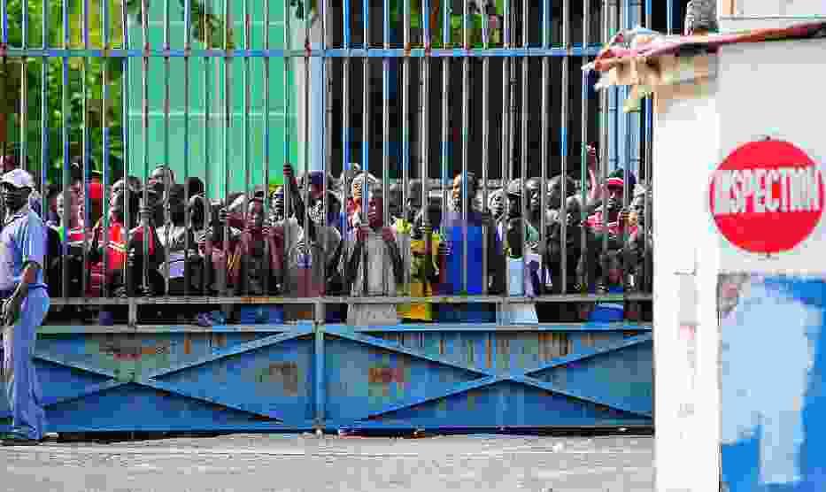 Haitańczycy oczekujący na pomoc humanitarną w porcie stolicy Haiti - Port-au-Prince