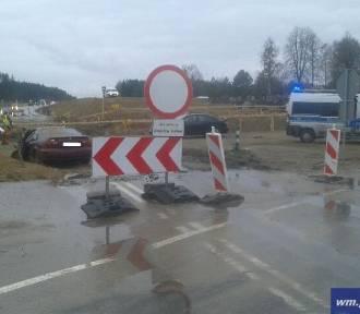 Wypadek na DK 51 pod Olsztynkiem. Samochód wylądował w piasku