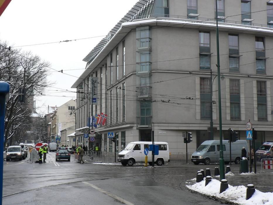 Pod krakowskim Radissonem w którym mieszkają uczestnicy szczytu nic nie wskazuje na przebiegającą 500 m od nich demonstracjęFot