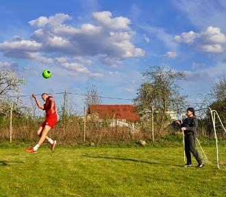 Debrzno. Rodzinne treningi piłki nożnej sposobem na wirusa