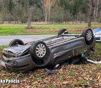 Kierowca dachował w okolicach Bobrowic. 59-latek uciekł do lasu. Był pijany