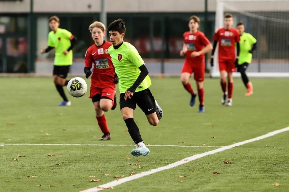 Piłkarze Escoli Varsovia Warszawa niespodziewanie przegrali 0:2 z Polonią Warszawa i skomplikowali sobie walkę o pierwsze miejsce w grupie A Centralnej Ligi Juniorów U-15