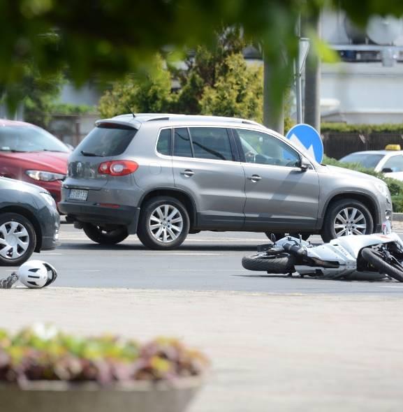 Motocykl zderzył się z samochodem w centrum Grudziądza [zdjęcia]