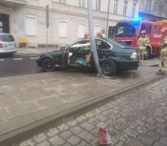 Bydgoszcz. Uderzył bmw w latarnię i uciekł z miejsca zdarzenia [zdjęcia]