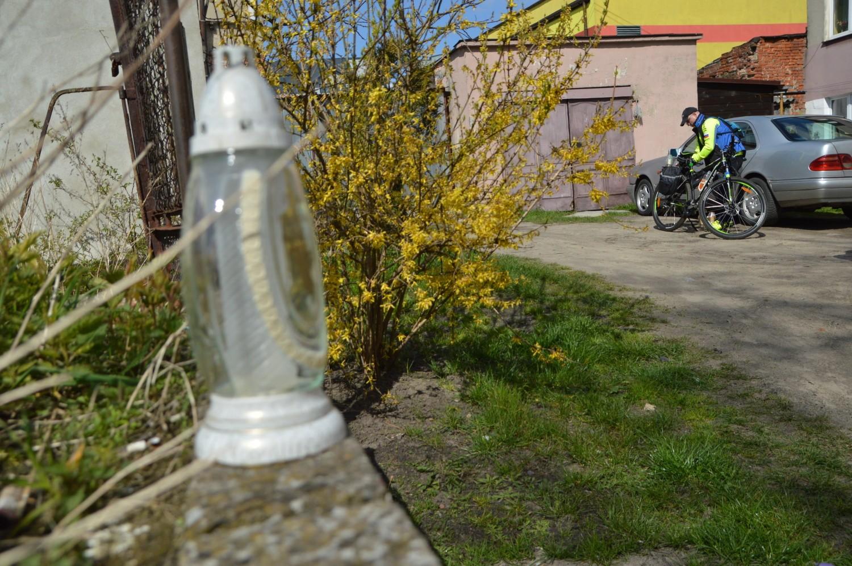 Brat zaginionej mieszkanki Debrzna zapalił pod domem, w którym znaleziono szczątki, znicze i zostawił jej fotografię