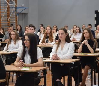 Matura 2019 w Tychach: 686 maturzystów zmaga się z testem z języka polskiego ZDJĘCIA