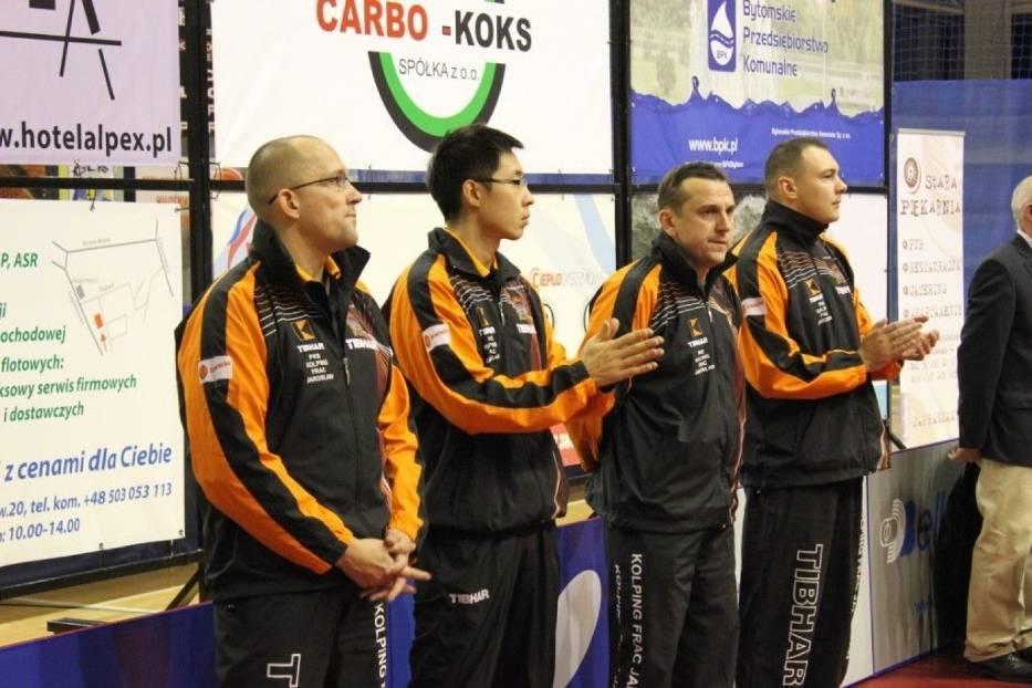 Kolping Frac Jarosław, od lewej Vitali Nekhviadovich, Wang Zeng Yi, Evqueni Chtchetinine oraz trener Kamil Dziukiewicz