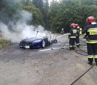 Samochód elektryczny spłonął pod Dzikowcem w Boguszowie-Gorcach