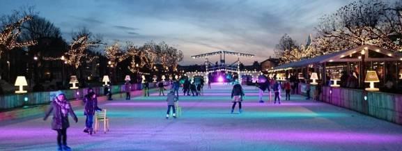 Galeria Północna mówi stop zimowej chandrze i proponuje wszystkim mieszkańcom idealną atrakcję na długie wieczory. W sobotę, 14 grudnia otwiera się lodowisko, jakiego jeszcze nie widzieliście. Będzie mnóstwo brokatu, tęczowych kolorów i jednorożce.   - Już 14 grudnia zapraszamy na najbardziej kolorowe lodowisko w Polsce, pełne tęczowych barw, brokatu, światła, muzyki i najlepszej zabawy na lodzie! Lodowisko będzie miało ponad 500 m kw., a jego taflę pokryją barwne pasy niczym grzywa jednorożca - opowiadają organizatorzy.  [b]ATRAKCJE NA LODOWISKU[/b] - Wystrzały brokatu - Zabawy z jednorożcem, bal na lodzie - Harce z lodowymi obręczami - Wspólne lepienie śniegowej kuli - Lodowy slalom - Taniec z lodowymi kulami - Fontanny iskrowe – pokaz - Mroźne hula hop  [b]Miejsce:[/b] przed Galerią Północną (od strony ulicy Trakt Nadwiślański)