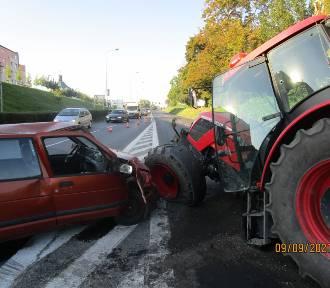 Gniezno. Ciągnik rolniczy zderzył się z Daewoo Tico i… złamał się na pół! [FOTO]