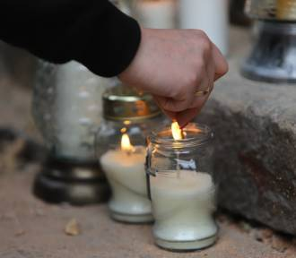 Po tragedii w Gorzowie mieszkańcy zapalają znicze, a policja wciąż szuka sprawcy