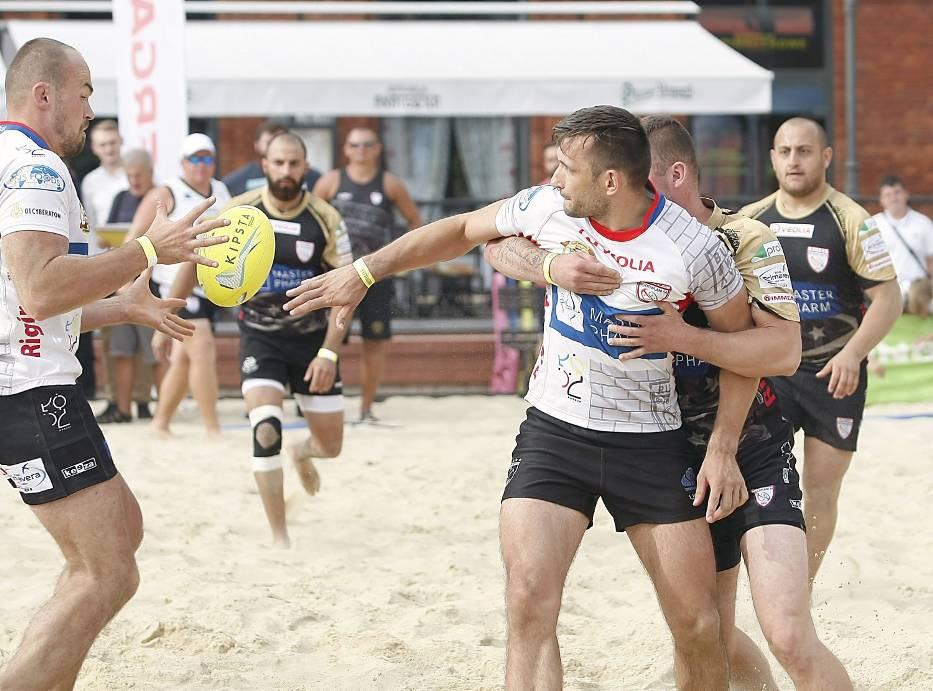 Rugby na plaży Manufaktury.