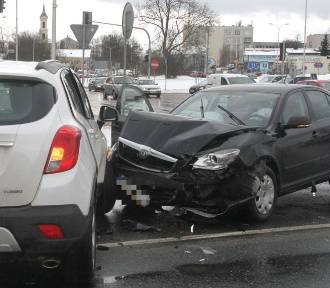 Kraksa w centrum Kielc. Opel wjechał pod prąd (WIDEO, ZDJĘCIA)