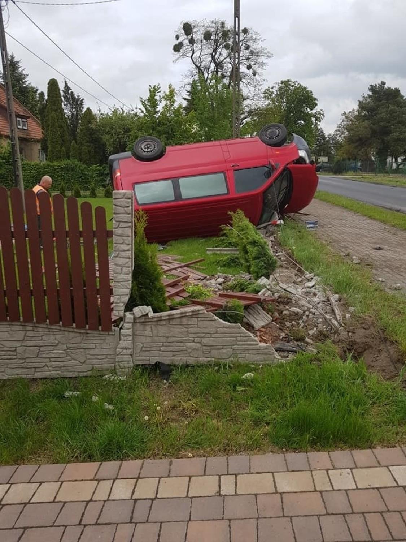 Volkswagen wpadł do ogrodu państwa Musiał z Unisławia, gdzie bawią się dzieci [zdjęcia]