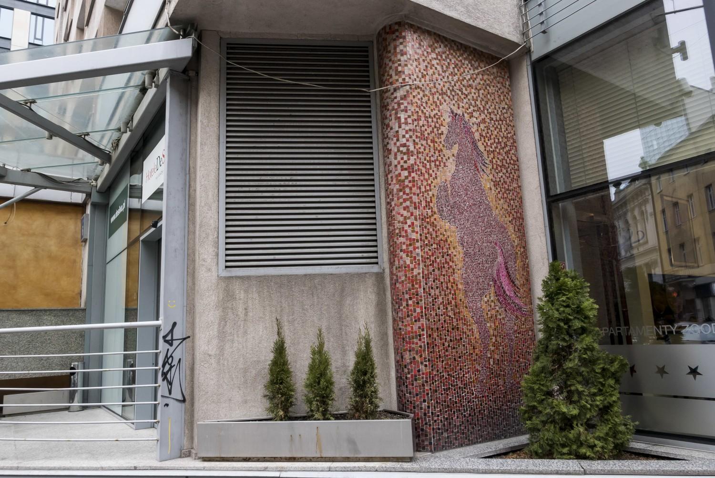 Mozaiki, Warszawa. Przepiękne konie, przypominające jednorożce, ukryte w sercu miasta [ZDJĘCIA]