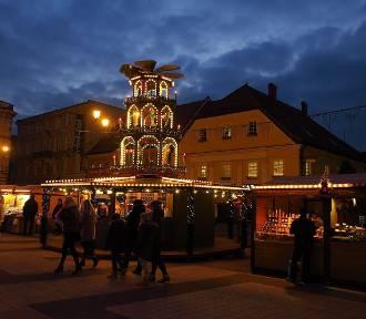 Jarmark bożonarodzeniowy w Rybniku nocą. Pięknie! [ZDJĘCIA]