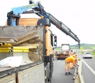 Gigantyczne korki na autostradzie A4. Ludzie utknęli w 40-stopniowym upale, drogowcy rozdają