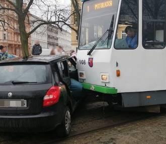 Samochód wjechał w tramwaj. Kolizja na pl. Grunwaldzkim