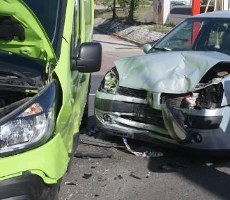 Zderzenie aut na ulicy Wrocławskiej w Kaliszu. Jedna osoba poszkodowana. ZDJĘCIA