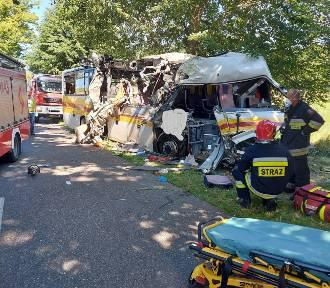 Wypadek w Mierzynie. Autobus zderzył się z osobówką. Są ofiary śmiertelne |ZDJĘCIA Z WYPADKU