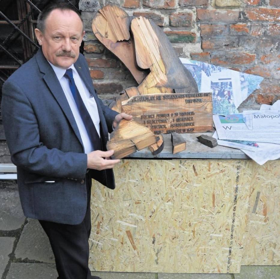 Andrzej Szpunar prezentuje ocalałe fragmenty pomnika Pamięci Romów