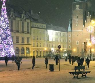 Wrocław. Uwaga na drogach i chodnikach. W nocy spadnie śnieg. Będzie bardzo ślisko