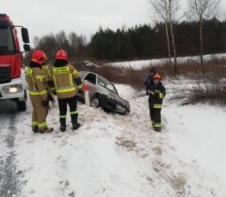 Lisia Góra. Samochód wjechał do rowu na zaśnieżonej DK73