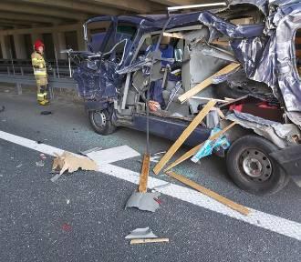 Wypadek na S3 między Legnicą, a Lubinem. Z busa nic nie zostało, a pasażerowie... [ZDJĘCIA]