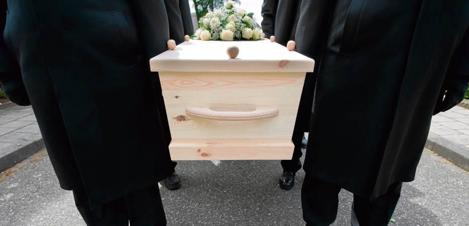 Przyszedł na pogrzeb brata i zobaczył... swój grób