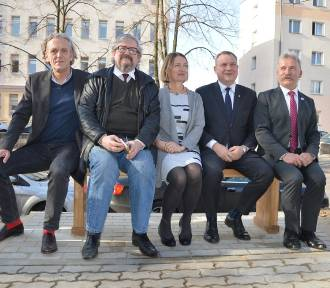 Odsłonięto ławkę Władysława Grabskiego. Stanęła ona przed jego pomnikiem w Łowiczu [ZDJĘCIA]