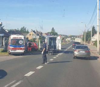 Ambulans zderzył się z osobówką