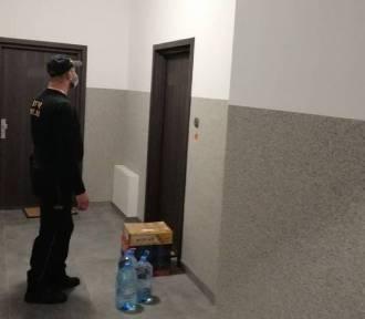 Pies w kwarantannie z właścicielami. Straż Miejska w Szczecinku nie da rady z wyprowa