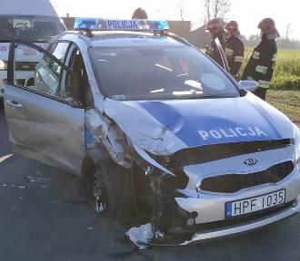 Wypadek drogowy pod Łowiczem. Radiowóz zderzył się z osobówką. Dwóch policjantów trafiło do szpitala