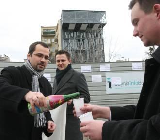 Flesz z przeszłości. Marcin Horała polewa szampana na ul. Świętojańskiej