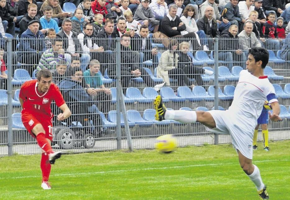 Łukasz Hanzel silnym strzałem próbuje zaskoczyć obrońców drużyny Iranu