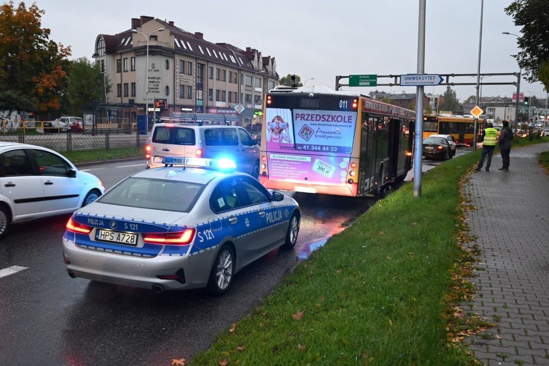 Karambol w Kielcach. Trzy auta uszkodzone, w tym miejski autobus [ZDJĘCIA]