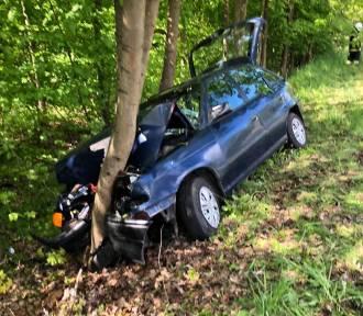 Wypadek w powiecie brodnickim. Kierowca uderzył w drzewo [zdjęcia]