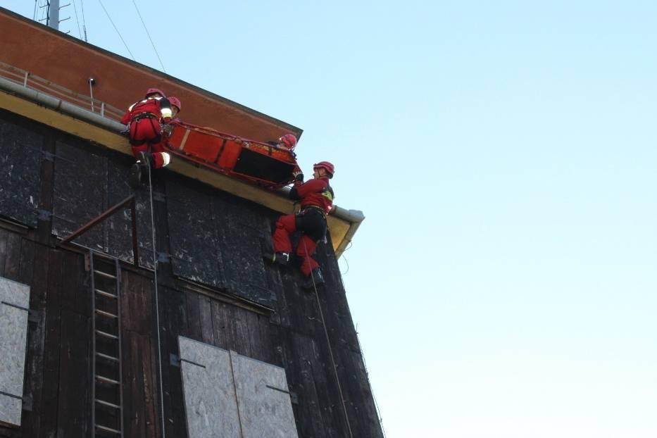 Zajęcia prowadzono na trzech stanowiskach, gdzie strażacy doskonalili swoje umiejętności