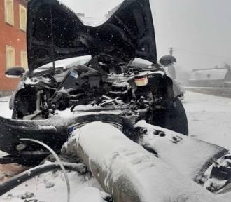 Wypadek w Tuchomiu na DK 20.  Kobieta wjechała w słup energetyczny (ZDJĘCIA)