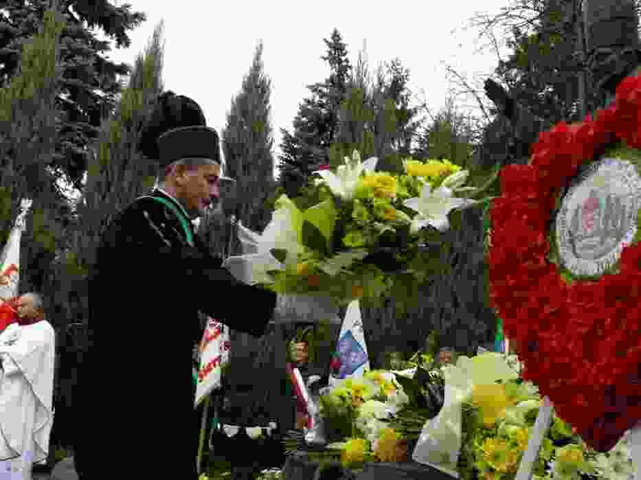 Pod pomnikiem Jana Pawła II złożono kwiaty