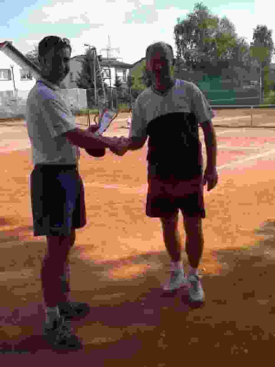 Paweł Kasperczyk (z lewej) gratuluje zwycięzcy turnieju