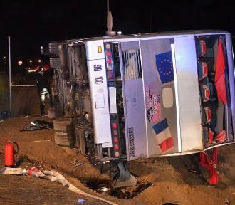 Autokar przewrócił się na S3. Jedna osoba nie żyje, wiele jest rannych