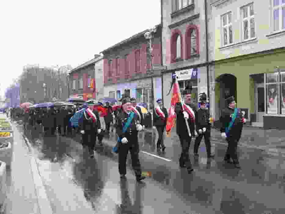 Jaworznianie w marszu milczenia, modląc się za ofiary katastrofy prezydenckiego samolotu,  przeszli od Urzędu Miejskiego do Kolegiaty św