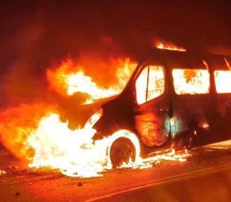 Wypadek w Kopciowicach. Bus zderzył się z ciężarówką i stanął w płomieniach