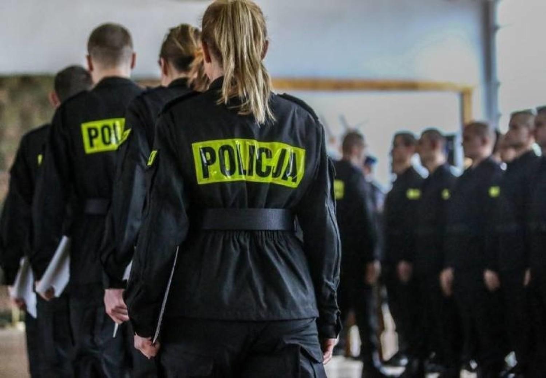 Ile zarabia policjant? Zarobki policjantów wg stanowiskStanowisko: PolicjantGrupa zaszeregowania: 2Zarobki: 2 830 zł