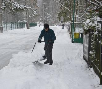 Odśnieżanie w Warszawie. Jaki mandat możemy dostać za śnieg na dachu lub chodniku?