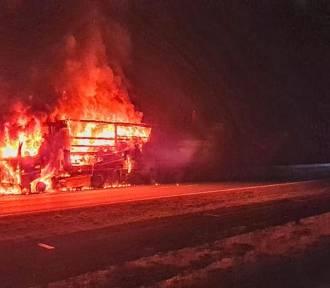 Pożar ciężarówki na autostradzie A4. Spłonęły przesyłki i paczki kurierskie