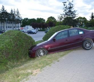 Pijany kierowca wjechał w żywopłot w pobliżu szpitala