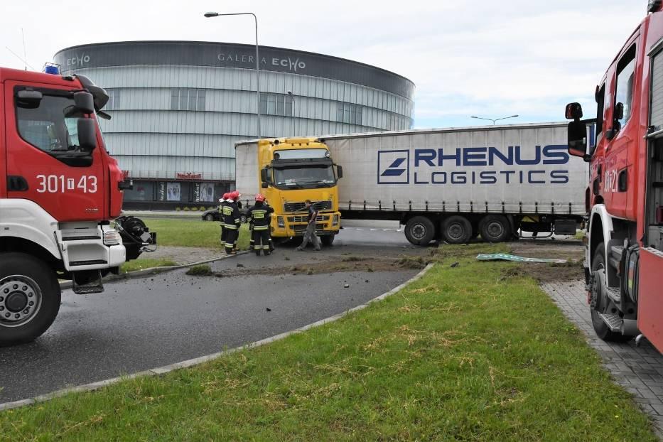 Karambol koło Galerii Echo w Kielcach! TIR taranował znaki, uszkodził dwa auta [ZDJĘCIA]